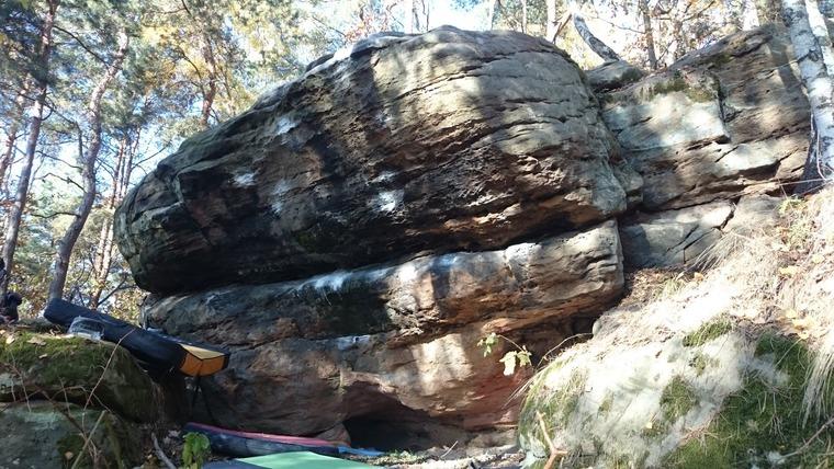 Skałki na skraju lasu