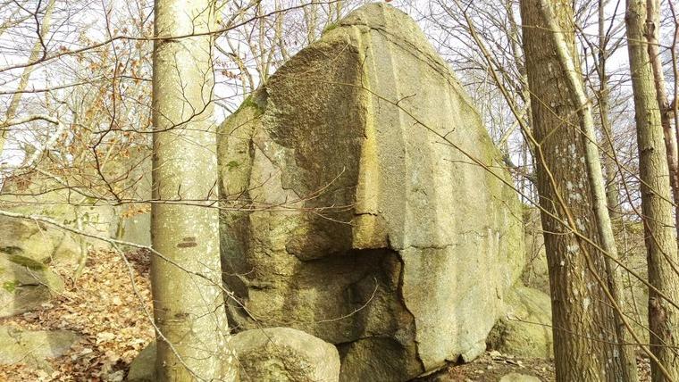 B2 - Kluvna stenen